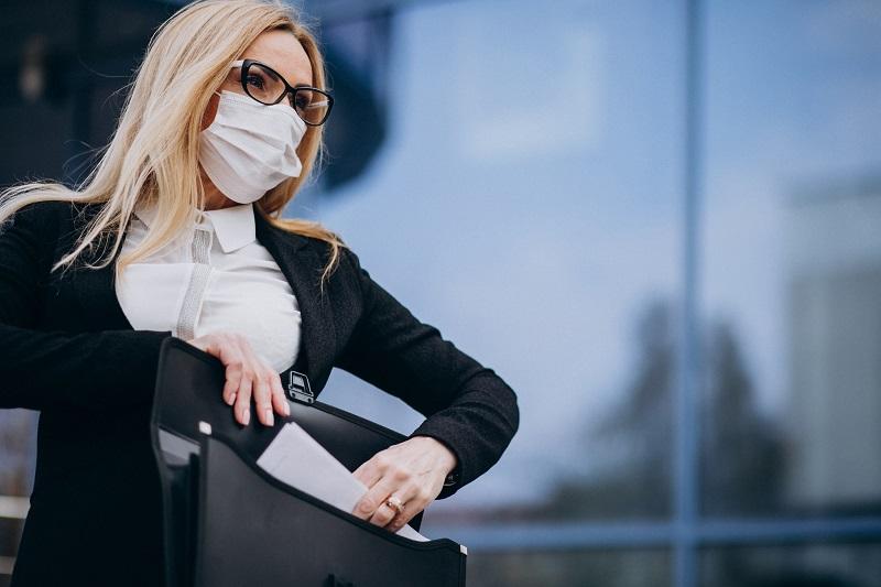 mulher usando máscara e oculos